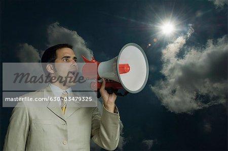 Kaufmann schreien in ein Megaphon