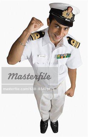 Porträt eines Marine-Offiziers Pressen seine Faust und Lächeln