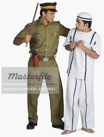 Policier arrêtant un prisonnier