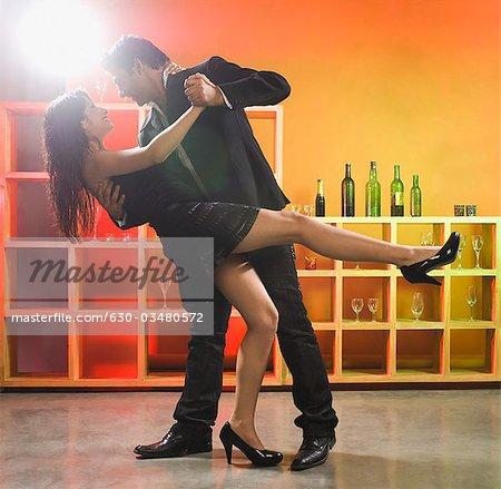 Couple dansant dans un bar