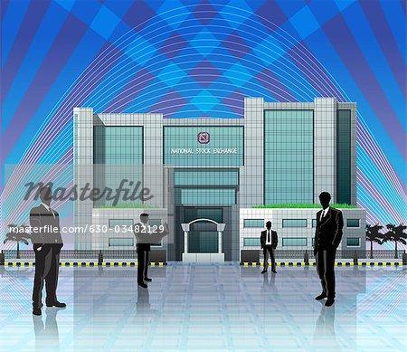 Führungskräfte in Unternehmen stehen vor einer Börse, Gebäude, Indien