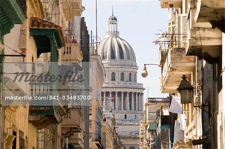 Une vue sur le Capitole à travers les rues de la Habana Vieja (vieille ville), la Havane, Cuba, Antilles, Amérique centrale