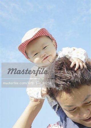 Père et enfant sous le ciel bleu