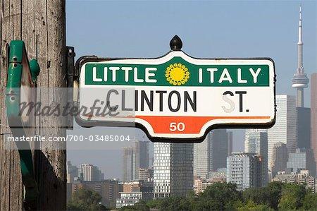 Little Italie rue signe avec les toits de la ville, Toronto, Ontario, Canada