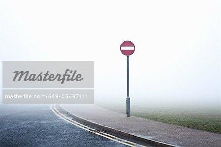 Straße ohne Eintrag Zeichen im Nebel