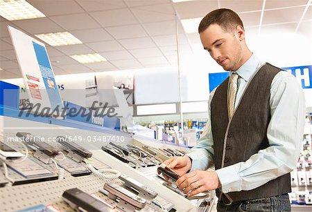 Employé prépare des téléphones mobiles