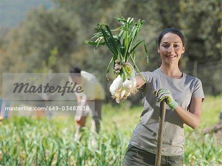 Frau frisch gepflückten Ergebnis Zwiebeln