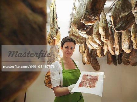 Frau mit frisch geschnittenen Schinken