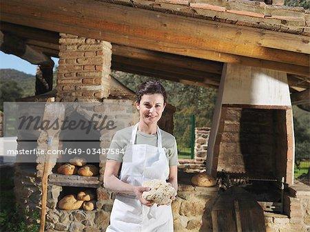 Frau hält Brotteig