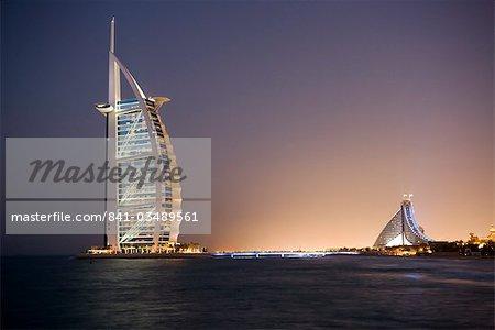 Le symbole emblématique de Dubaï, le Burj Al Arab, les sept premiers du monde étoiles hôtel (classé cinq étoiles de luxe), construit sur une île artificielle au large de la Jumeirah Beach Hotel, Dubai, Émirats Arabes Unis, Moyen-Orient