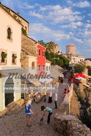 Rue pavée, bordée de maisons colorées appelées Kujundziluk, une des rues plus anciennes de Mostar conduisant à l'Old Bridge, Old Town, patrimoine mondial de l'UNESCO, Mostar Herzégovine, Bosnie-Herzégovine, Europe