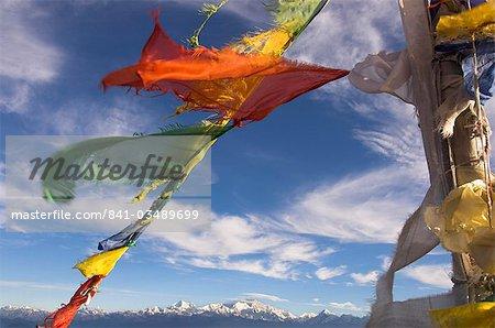 Drapeaux de prière avec Kangchendzonga enneigée au-delà matin clair, Singalila trek, Sandakphu, région de Darjeeling, Bengale occidental État, Himalaya, Inde, Asie