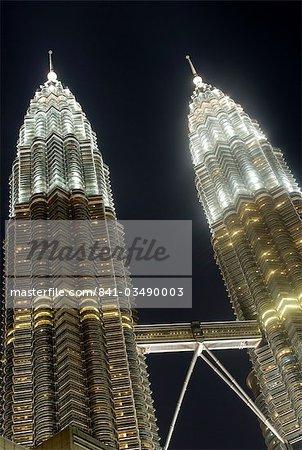 Sommets des tours jumelles Petronas, un des bâtiments plus hauts du monde, à la nuit, Kuala Lumpur, en Malaisie, l'Asie du sud-est, Asie