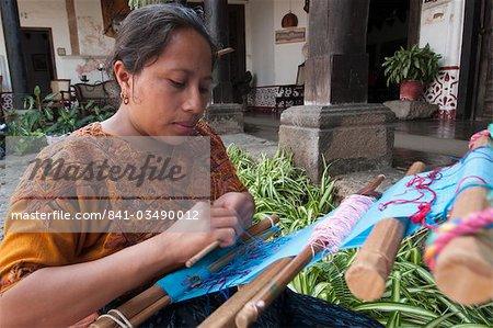 Femme tissage tissu, Antigua, au Guatemala, l'Amérique centrale
