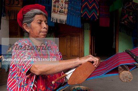 Femme tissant, Santa Catarina Palopo, lac Atitlan, au Guatemala, l'Amérique centrale