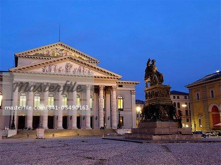 Max-Joseph-platz dans la nuit, avec la statue de Bavière s premier roi Max I Joseph devant le Théâtre National (opéra), Munich, Bavière (Bayern), Allemagne Europe