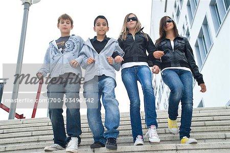 Groupe d'amis, marche dans les escaliers, à l'extérieur