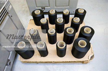Département de fabrication textile composite recyclable d'usine, bobines de fil enduit sur une palette