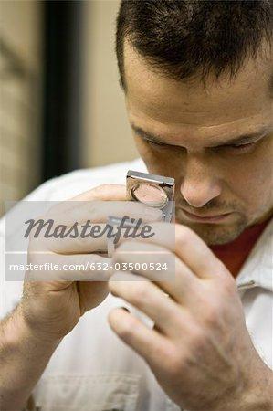 Département de fabrication textile composite recyclable d'usine, travailleur à l'aide d'un compteur pick pour inspecter le fil