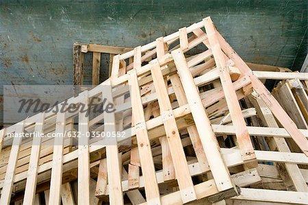 Utiliser les palettes en bois en benne pour recyclage dans les installations industrielles
