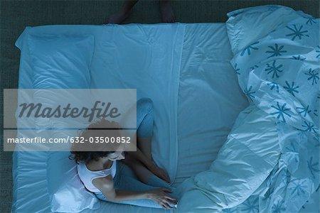 Paar in Konflikt, Frau sitzt auf dem Bett Wegsehen
