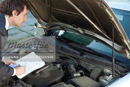 Inspecter le moteur du véhicule