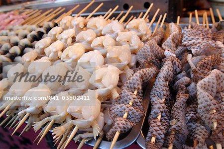 Cuisses de grenouilles et de peau de serpent à Donghuamen Yeshi nuit marché, Beijing, Chine, Asie