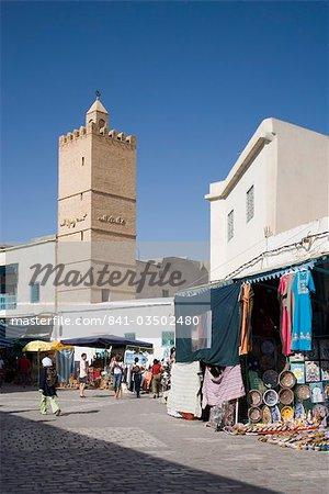 Magasins et la mosquée dans la médina de Kairouan, en Tunisie, l'Afrique du Nord, l'Afrique