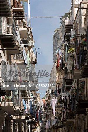 Étroites rues, balcons avec lavage, Cefalu, Sicile, Italie, Europe
