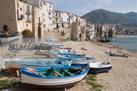 Maisons de pêcheurs et bateaux de pêche traditionnels, Cefalu, Sicile, Italie, Europe