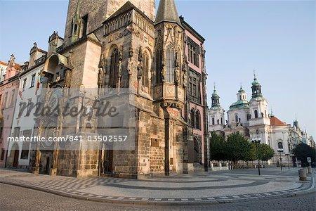Tôt le matin, mairie, horloge astronomique, église Saint-Nicolas, place de la vieille ville, Old Town, Prague, République tchèque, Europe