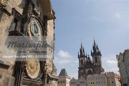 Mairie horloge, horloge astronomique et Eglise Notre-Dame avant Tyn en arrière-plan, place de la vieille ville, Old Town, Prague, République tchèque, Europe