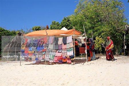 Tanzanie, archipel de Zanzibar, île de Kwale, boutique sur la plage.