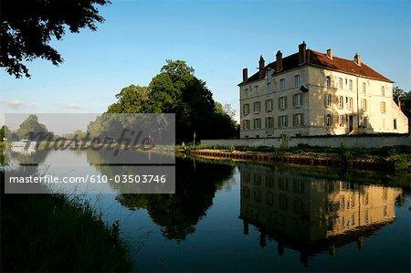 France, Bourgogne, Ancy Le Franc, canal de Bourgogne, moulin à vent de Cusy