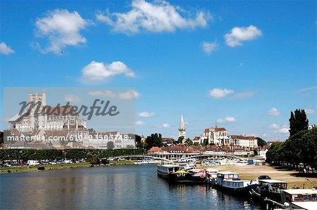 France, cathédrale de Bourgogne, Auxerre, le long de la rivière Yonne
