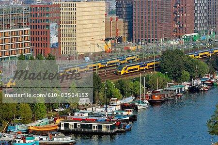 Pays-Bas, North Holland, Amsterdam, maisons flottantes et train