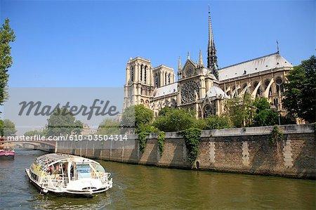 France, Paris, bateau-taxi et la cathédrale Notre Dame