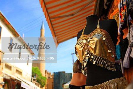 Chypre, Nicosie, rue commerçante et la mosquée du Sultan Selim au dos
