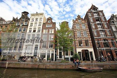 La Hollande septentrionale, Amsterdam, bâtiments le long du canal