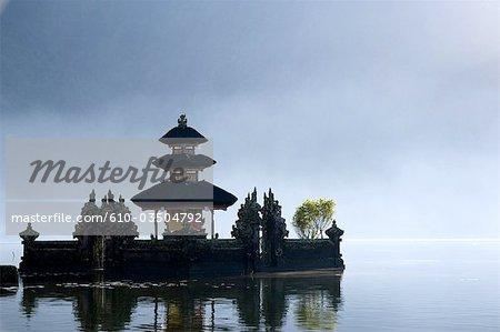 Pagode de Bali, en Indonésie, sur le lac Bratan