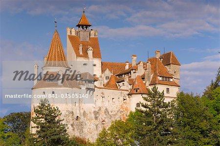 Schloss Bran (Dracula Schloss) thront auf der Spitze eines 60 m Berg im Zentrum des Dorfes, gebaut von Sachsen aus Brasov 1382, Kleie, Prahova-Tal, Sächsische Land, Siebenbürgen, Rumänien, Europa