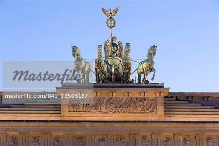 Quadriga sur Brandenburger Tor (porte de Brandebourg) allumé au crépuscule dans la Pariser Platz, Berlin, Allemagne, Europe
