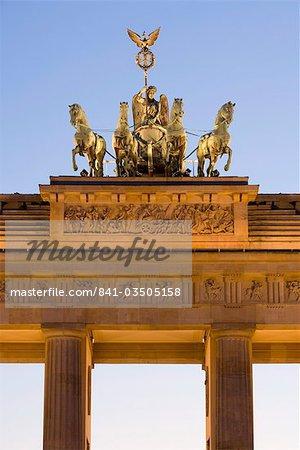 Quadriga sur Brandenburger Tor (porte de Brandebourg), éclairée la nuit dans la Pariser Platz, Berlin, Allemagne, Europe