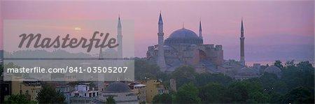 Vue panoramique de l'Aya Sophia mosquée (Haghia Sofia) (Sainte-Sophie) at dawn, patrimoine mondial UNESCO, Istanbul, Turquie, Europe
