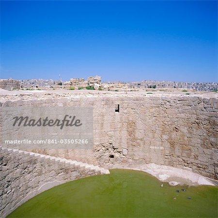 Jebel al-Qal ' a (la Citadelle). Citerne, creusée de 5 m de profondeur de 16 m pour approvisionner en eau l'Omeyyades palace, Amman, Jordanie, Moyen-Orient