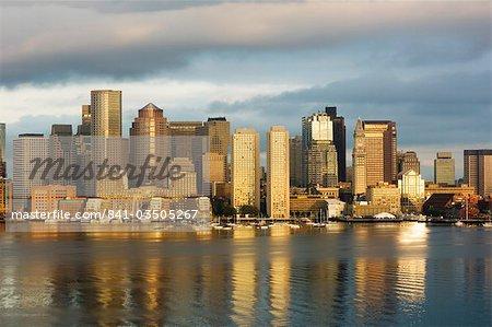 La ligne d'horizon de la Financial District port de Boston à l'aube, Boston, Massachusetts, USA