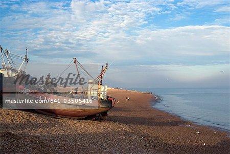 Pêche des bateaux sur la plage de galets, Hastings, Sussex, Angleterre, Royaume-Uni, Europe