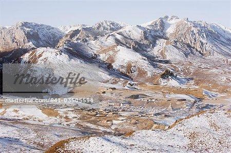 Snow capped montagnes entourant la ville de Langmusi, frontières de Gansu et des Provinces de Sichuan, Chine, Asie