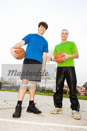 Vater und Sohn am Basketballplatz
