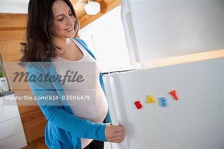 Femme enceinte de réfrigérateur